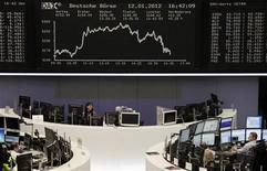 Помещение Франкфуртской фондовой биржи. Европейские рынки акций выросли в пятницу на волне подъема котировок банков благодаря успешному аукциону итальянских облигаций. Фотография сделана 12 января 2012 года. REUTERS/Remote/Kirill iordansky