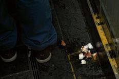 Разбитое яйцо на асфальте около магазина Apple в Пекине 13 января 2012 года. Разъяренные покупатели забросали яйцами флагманский магазин Apple Inc в Пекине после заявления, что тот не начнет продажи популярного iPhone 4S в объявленные сроки. REUTERS/David Gray