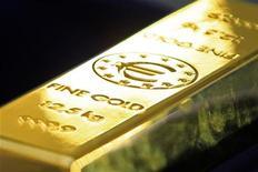 Слиток золота с символом валюты евро на выставке ЕЦБ, организованной ЦБ Румынии в Бухаресте, 10 марта 2011 года. Цены на золото снижаются на фоне ослабления евро, но по итогам двух недель покажут наибольший рост за два месяца за счет возвращения инвесторов на рынок после снижения цен в декабре. REUTERS/Bogdan Cristel