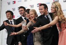 """Elenco, diretor e produtores do filme """"The Artist"""" posam para foto no Critics' Choice Awards, em Los Angeles. 12/01/2012 REUTERS/Danny Moloshok"""