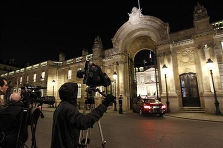 1月13日、スタンダード&プアーズはユーロ圏9カ国の格付けを引き下げ、フランスやオーストリアが「トリプルA」格付けを失った。エリゼ宮前で撮影(2012年 ロイター/Gonzalo Fuentes)