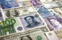 Китайский юань, японская иена, доллар США, евро, британский фунт стерлингов, швейцарский франк и российский рубль. Фотография сделана в Варшаве 26 января 2011 года. Рубль подешевел в начале торгов понедельника к доллару США, отыграв его укрепление на форексе после снижения агентством Standard & Poor's рейтингов 9 стран еврозоны; пока лишь умеренно слабеет к бивалютной корзине на фоне начавшегося налогового периода в РФ и благодаря привлекательному для потенциальных продавцов номинального курса пары доллар/рубль. REUTERS/Kacper Pempel