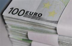 Купюры валюты евро в Центральном банке Бельгии в Брюсселе 26 октября 2011 года. Евро в понедельник рухнул до нового 11-летнего минимума к иене и держится у 17-месячного минимума к доллару после того, как агентство Standard & Poor's понизило кредитные рейтинги нескольких стран еврозоны. REUTERS/Thierry Roge