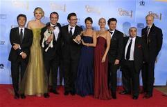 """O elenco, o diretor e o produtor do filme """"The Artist"""", vencedor do prêmio por melhor filme de comédia ou musical, posam nos bastidores da 69ª premiação do Globo de Ouro, em Beverly Hills. 15/01/2012 REUTERS/Lucy Nicholson"""