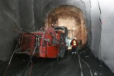 """Рабочие на шахте """"Кумтор"""" в Киргизии 1 июня 2011 года. ВВП Киргизии в 2011 году вырос на 5,7 процента после падения на 0,5 процента в 2010 году, столько же - 5,7 процента составила и инфляция после роста этого показателя на 19,2 процента в переломном 2010 году, сообщил Нацкомстат. REUTERS/Vladimir Piragov"""