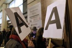 """Демонстранты Левой партии около офиса Standard and Poor's в Париже 15 января 2012 года. Американское агентство Standard & Poor's понизило кредитный рейтинг Европейского фонда финансовой стабильности (EFSF) до уровня """"АА+"""" вслед за сокращением рейтингов девяти стран еврозоны в конце прошлой недели. EUTERS/Mal Langsdon"""