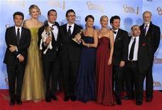 """<p>Imagen de archivo del elenco de la cinta """"The Artist"""" durante la entrega de los premios Globos de ooro en Beverly Hills, ene 15 2012. La película muda """"The Artist"""" avanzó el martes en el circuito de los premios cinematográficos de la temporada al encabezar las nominaciones de los BAFTA británicos con 12 candidaturas. REUTERS/ Lucy Nicholson</p>"""