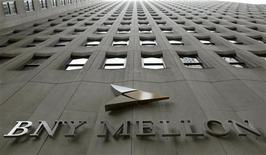 Логотип Bank of New York Mellon на здании штаб-квартиры банка в Нью-Йорке, 19 января 2011 г, Bank of New York Mellon - крупнейший в мире депозитный банк - сообщил в среду о падении прибыли в четвертом квартале из-за расходов на реструктуризацию ради повышения эффективности и снижения выручки от валютных операций. REUTERS/Brendan McDermid