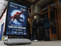 Espectadores aguardam na fila da bilheteria do Teatro Foxwoods, local onde é encenado o musical da Broadway ''Spiderman: Turn Off The Dark'', em Nova York. Os produtores do musical iniciaram um processo contra a ex-diretora Julie Taymor, demitida do espetáculo, acusando-a de prejudicar o espetáculo. Foto de arquivo 09/03/2011 REUTERS/Brendan McDermid