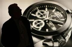 Мужчина посещает стенд Swatch Group на часовой выставке Baselworld в Базеле 2 апреля 2008 года. Решение производителя часов Swatch Group снизить поставки деталей конкурирующим производителям сказалось на индустрии, вынудив некоторые марки сократить объемы выпуска или заняться поиском альтернативных поставщиков. REUTERS/Christian Hartmann/Files