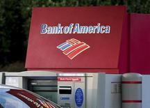 Банкомат Bank of America в Гринвилле, штат Южная Каролина, 18 января 2012 года. Bank of America Corp сообщил о прибыли в четвертом квартале 2011 года после убытка за аналогичный период прошлого года благодаря единовременным доходам и сокращению расходов на проблемные кредиты. REUTERS/Chris Keane