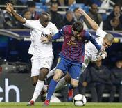 Pepe, do Real Madrid, disputa bola com Lionel Messi, do Barcelona, em jogo da Copa do Rei, no estádio Santiago Bernabéu, em Madri. 18/01/2012  REUTERS/Susana Vera