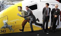 O diretor Steven Spielberg olha para o ator Jamie Bell imitando a figura de Tintim pintada em um trem de alta velocidade, em Bruxelas. Foto de arquivo 22/10/2011  REUTERS/Yves Herman