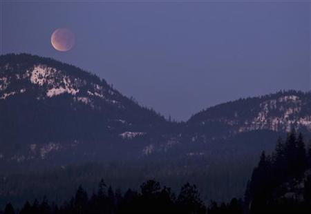 1月19日、英国の調査によると、親を困らせる子どもの質問トップは「なぜ昼間でも月が見える時があるのか」だった。米アイダホ州で先月撮影(2012年 ロイター/Matt McKnight)