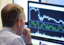 """Трейдер в торговом зале Нью-Йоркской фондовой биржи 29 июня 2010 года. Российские фондовые индексы слегка снижаются в пятницу, пытаясь избавиться от технического """"перегрева"""", и участники торгов ждут более уверенного подъема котировок для входа в рынок. REUTERS/Brendan McDermid"""
