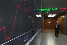 Экран с фондовыми котировками в коридоре Афинской фондовой биржи 18 января 2012 года. Европейские рынки акций открылись практически без изменений в пятницу после подъема до 5,5-месячных максимумов на предыдущей сессии, так как инвесторы наблюдают за переговорами Греции с держателями облигаций в надежде на положительный итог. REUTERS/John Kolesidis