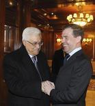 Президент России Дмитрий Медведев приветствует лидера Палестинской автономии Махмуда Аббаса в подмосковных Горках 20 января 2012. REUTERS/Vladimir Rodionov/RIA Novosti/Kremlin