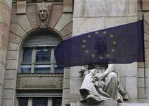 Флаг ЕС на фоне Национального банка Венгрии в Будапеште, 18 января 2012 г. Высший суд Европейского союза сможет штрафовать страны блока, не утвердившие правила сбалансированного бюджета в конституции, свидетельствует последний вариант договора о бюджетной дисциплине ЕС. REUTERS/Bernadett Szabo