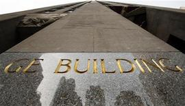 Здание General Electric в Нью-Йорке, 22 января 2010 г. Выручка General Electric Co в четвертом квартале оказалась хуже прогнозов Уолл-стрит из-за проблем европейской экономики. REUTERS/Brendan McDermid