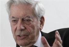<p>Imagen de archivo del escritor peruano Mario Vargas Llosa durante una entrevista en Viena, oct 18 2011. El escritor peruano Mario Vargas Llosa, premio Nobel de Literatura, rechazó una oferta de presidir el Instituto Cervantes de España por considerar el cargo incompatible con sus tareas literarias, dijeron el viernes medios y fuentes del Gobierno. REUTERS/Herwig Prammer</p>