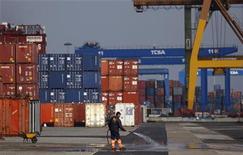 """<p>Le port de Lisbonne. La réforme du code du travail portugais est conforme au plan de sauvetage consenti à Lisbonne et représente un premier pas important en vue de doper la compétitivité du pays, selon des responsables de la """"troïka"""" de ses bailleurs de fonds internationaux. /Photo prise le 13 janvier 2012/REUTERS/Rafael Marchante</p>"""