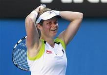Kim Clijsters, da Bélgica, reage após derrotar Li Na, da China, no Aberto da Austrália, em Melbourne. 22/01/2012 REUTERS/Daniel Munoz