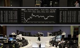 <p>Salle des marchés de la Bourse de Francfort. Deutsche Börse se dit prêt à discuter d'un engagement juridiquement contraignant pour protéger ses opérations à Francfort afin d'obtenir le soutien de l'Allemagne à son projet de fusion avec Nyse Euronext, menacé d'un veto de la Commission européenne. /Photo prise le 18 janvier 2012/REUTERS/Remote/Kirill Iordansky</p>