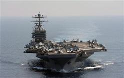 """Американский авианосец """"Авраам Линкольн"""". Авианосец ВМС США прошел через Ормузский пролив в Персидском заливе без каких-либо инцидентов в воскресенье, на следующий день после того как Иран отказался от угроз принять ответные меры в случае, если Штаты вернут военное присутствие в стратегически важную акваторию. REUTERS/U.S. Navy/Chief Mass Communication Specialist Eric S. Powell/Handout"""