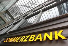 Логотип немецкого Commerzbank над входом в штаб-квартиру банка фо Франкфурте-на-Майне 19 января 2012 года. Немецкий Commerzbank, которому требуется 5,3 миллиарда евро в капитал, хочет продать принадлежащие ему 14,4 процента акций российского Промсвязьбанка к июню 2012 года в рамках выхода из нестратегических активов, говорится в презентации банка из ФРГ, опубликованной в конце прошлой недели. REUTERS/Alex Domanski