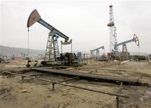 Нефтяное месторождение в Баку 17 марта 2009 года. Нефть Brent держится выше $110 за баррель во вторник из-за опасений о поставках, так как Иран возобновил угрозы перекрыть вывоз арабской нефти из Персидского залива. REUTERS/David Mdzinarishvili