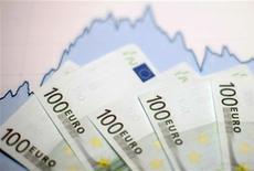 Купюры валюты евро на фоне графика курсовых колебаний в Зенице 22 января 2011 года. Министры финансов еврозоны в понедельник отвергли как неудовлетворительное предложение частных держателей облигаций о реструктуризации греческого долга, повысив угрозу дефолта страны. REUTERS/Dado Ruvic