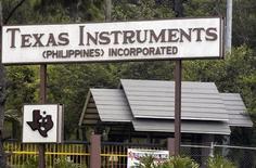 Вид на ворота завода Texas Instruments в городе Багуйо к северу от Манилы 3 мая 2007 года. Продажи чипов Texas Instruments Inc превысили ожидания в четвертом квартале 2011 года на фоне желания компаний пополнить снизившиеся запасы. REUTERS/STRINGER