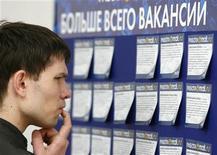 Мужчина изучает предложения о работе на ярмарке вакансий в Москве 26 мая 2009 года. Число безработных в России на конец декабря 2011 года составило, по оценке, 4,6 миллиона человек или 6,1 процента экономически активного населения, а в среднем за прошедший год уровень безработицы снизился до 6,6 с 7,5 процента в 2010 году, сообщила Федеральная служба государственной статистики (Росстат). REUTERS/Denis Sinyakov
