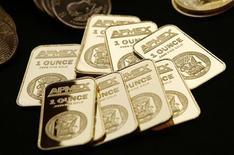 Слитки золота на Американской бирже драгоценных металлов в Нью-Йорке 15 сентября 2011 года. Цены на золото снижаются с шестимесячного максимума, так как давление на евро усилилось после провала переговоров министров финансов Европы с частными кредиторами Греции. REUTERS/Mike Segar