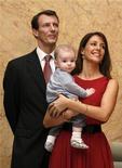 Датский принц Йоаким вместе с женой Мари и сыном Хенриком во время рождественской церемонии в Гонконге 24 ноября 2009 года. Датская принцесса Мари во вторник родила девочку, ставшую десятой в очереди престолонаследия, объявил королевский дворец Дании. REUTERS/Bobby Yip