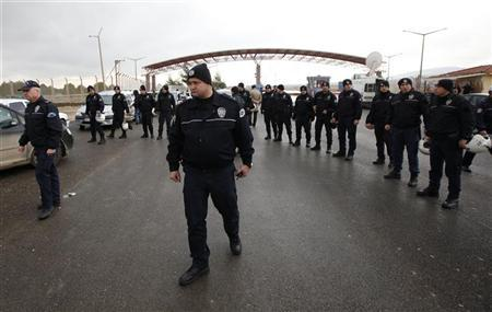 Turkish riot police stand guard at the Oncupinar border crossing to stop demonstrators in the Turkish-Syrian border town of Kilis, Gaziantep province, January 12, 2012. REUTERS/Umit Bektas