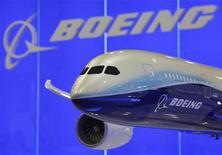 Модель пассажирского авиалайнера Boeing 787-8 на Asian Aerospace Show в Гонконге, 8 марта 2011 г. Прибыль авиагиганта Boeing Co в четвертом квартале 2011 года выросла в годовом исчислении благодаря увеличению числа поставленных заказчикам гражданских самолетов, сообщила компания в среду. REUTERS/Bobby Yip