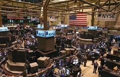 Трейдеры работают в зале фондовой биржи Нью-Йорка, 13 марта 2009 г. Фондовые индексы Dow и S&P 500 снизились в начале торгов на Уолл-стрит в среду, так как рынок по-прежнему не решается подняться после бодрого завершения прошлого года, но индекс Nasdaq вырос благодаря неожиданно хорошему отчету технологического гиганта Apple Inc. REUTERS/Brendan McDermid