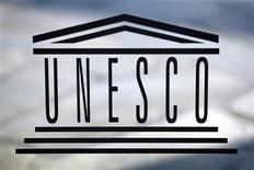 Логотив ЮНЕСКО в штаб-квартире организации в Париже 22 сентября 2009 года. Ряд западных и арабских государств добиваются исключения Сирии из комитета ЮНЕСКО по правам человека, сообщили в среду дипломаты. REUTERS/Charles Platiau