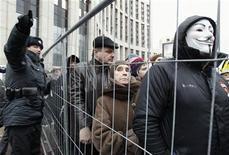 Участники акции протеста против фальсификаций на думских выборах во время митинга в Москве 24 декабря 2011 года. Московская мэрия дала согласие на шествие десятков тысяч недовольных по центру города 4 февраля, но не по Садовому кольцу, как планировалось сначала. Марш будет недолгим из-за мороза и закончится почти у стен Кремля. REUTERS/Sergei Karpukhin