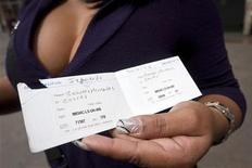 Женщина держит сертификат об установке ей бракованных силиконовых имплантатов производства Poly Implant Prothese во время демонстрации около министерства здравоохранения в Каракасе 6 яянваря 2012 года. Французская полиция арестовала в четверг Жан- Клода Маса, основателя фирмы по производству грудных имплантатов, оказавшейся в центре международного скандала из-за применения не соответствующего стандартам силикона, сообщил Рейтер источник в полиции. REUTERS/Marco Bello