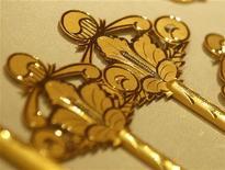 Ключи из золота в ювелирном магазине в Сеуле, 1 августа 2011 г. Цены на золото поднялись до максимума 6,5 недель на фоне ралли на рынках акций, сырья и евро после сообщения ФРС США о планах сохранения низких процентных ставок в течение нескольких лет. REUTERS/Jo Yong hak