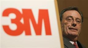 Глава 3M Co Джордж Бакли на пресс-конференции в Токио, 23 авгстуа 2010 г. Квартальная прибыль 3M Co превзошла прогнозы благодаря тому, что спрос на промышленных и транспортных рынках компенсировал слабые продажи производителям бытовой электроники, сообщила компания в четверг. REUTERS/Yuriko Nakao