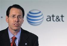 Главный исполнительный директор Рэндалл Стивенсон AT&T Inc. объявляет  о предложении компании купить T-Mobile в Нью-Йорке, 21 марта 2011 г. AT&T Inc сообщила о значительных убытках по результатам квартала из-за выплат в связи с сорванным слиянием с T-Mobile USA и дорогостоящего субсидирования смартфонов, таких как Apple Inc's iPhone. REUTERS/Brendan McDermid