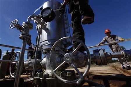 1月26日、インドネシアは国内需要の高まりを受け、原油輸出の停止を検討している。写真は同国内の油井。2011年2月撮影(2012年 ロイター/Beawiharta)