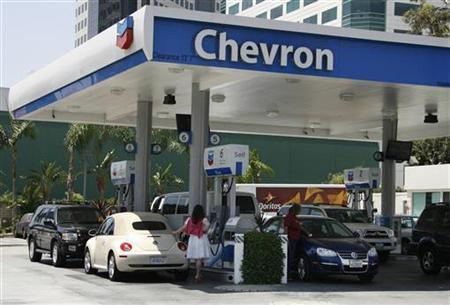 Motorists are shown at gas pumps at a Chevron gasoline station in Burbank, California July 31, 2009. REUTERS/Fred Prouser/Files