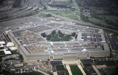 Вид с воздуха на Пентагон. Фотография сделана 28 сентября 2008 года. Оборонное ведомство США в четверг объявило план урезания расходов, включая увольнение тысяч солдат, постановку на прикол военных кораблей и сокращение военно-воздушных сил, в попытке сэкономить $487 миллиардов за десять лет. REUTERS/Jason Reed
