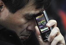 """Инвестор в брокерском доме В Тайюане 18 февраля 2011 года. Российская биржа ММВБ-РТС собирается скорректировать процедуру делистинга, установив """"санитарный"""" период, в течение которого инвесторы смогут продать по рыночной цене бумаги эмитента, который решил стать непубличным. REUTERS/Stringer"""