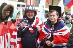 Активисты прокремлевских молодежных движений, нарядившиеся в американские и британские флаги, на митинге в поддержку основателя WikiLeaks Джулиана Ассанжа перед посольством Великобритании в Москве 1 января 2011. Финансируемый Кремлем англоязычный телеканал Russia Today купил право на первый показ ток-шоу, ведомого помещенным под домашний арест в Лондоне основателем WikiLeaks Джулианом Ассанжем, известного антиамериканизмом. REUTERS/Mikhail Voskresensky