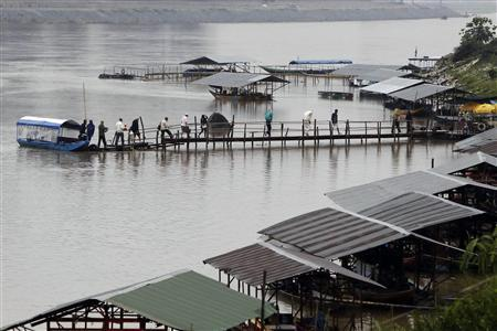 Tourists and gamblers get disembark a boat on the Mekong River near the Thai port of Chiang Saen in the Golden Triangle region where the borders of Thailand, Laos Myanmar meet January 14, 2012.  REUTERS/Sukree Sukplang